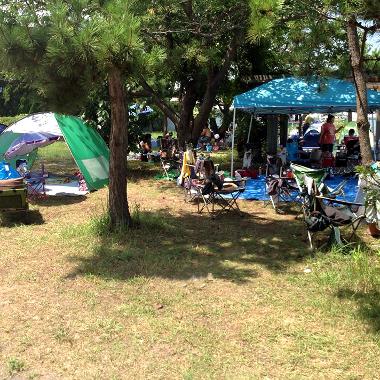 緑地ゾーンはまるでデイキャンプ場♪テントを張ってみんな思い思いに過ごしてます^^